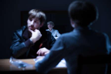 investigación: Imagen del interrogatorio penal en comisaría Foto de archivo