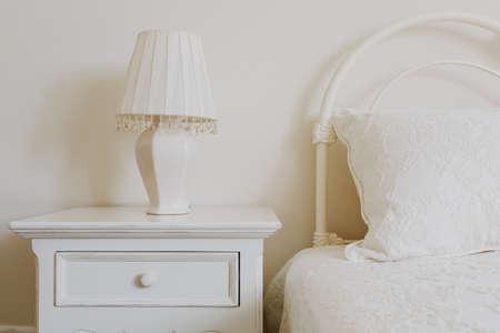 Stijlvolle nachtkastje naast elegante bed in de slaapkamer