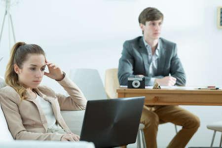 mujer elegante: Vista horizontal de hombres de negocios aburrido en el trabajo Foto de archivo