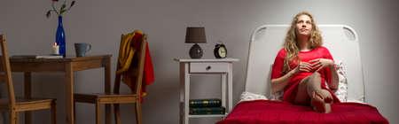 mujer sola: Sola mujer que vive sola en casa diseñada Foto de archivo