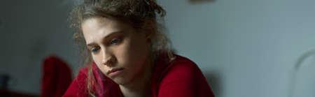 depresi�n: Retrato de mujer joven con depresi�n mayor