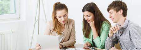 Jonge mensen met laptop op kantoor Stockfoto