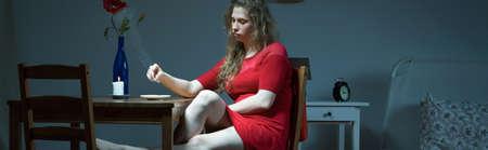 mujer sola: Solitaria mujer joven con el cigarrillo depresión fumar