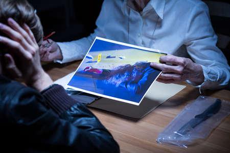 femme policier: Image de l'aide policière scène de crime visualisation