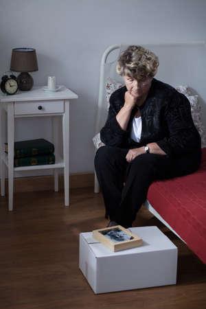 年配の女性が夫の死の後の苦しみ