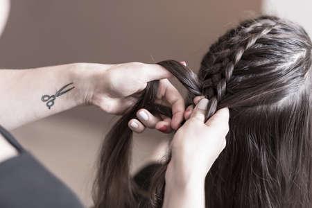 capelli lunghi: Parrucchiere fare una treccia su capelli lunghi Archivio Fotografico