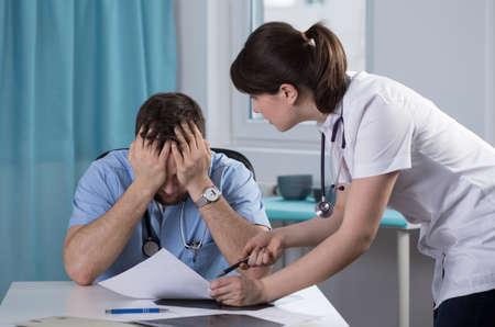 estar de acuerdo: Dos jóvenes médicos no pueden ponerse de acuerdo en el diagnóstico