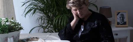 Eenzame wanhoop weduwe vermist dode echtgenoot Stockfoto