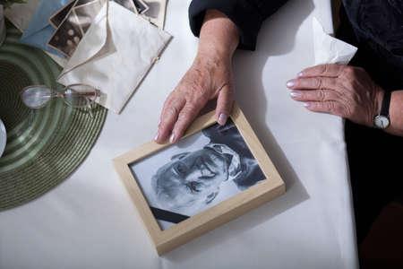 soledad: Marco de madera con la imagen del marido muerto