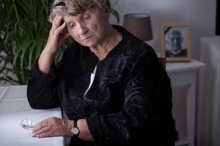 死んだ夫の喪に服している女性の退職 写真素材
