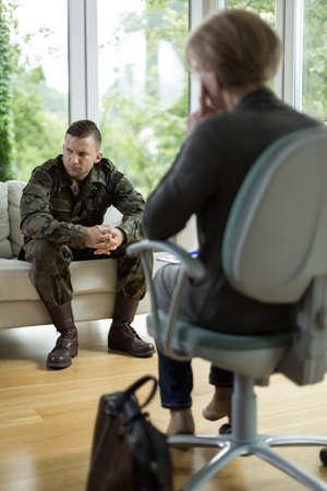 soldado: Soldado con el trauma f�sico en el consultorio del psiquiatra