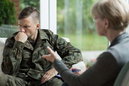 sessão: Veterano de guerra falando sobre problemas durante a terapia