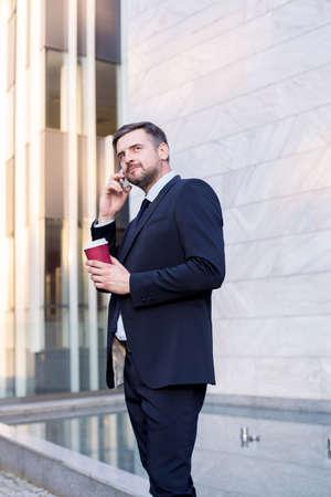 empleado de oficina: Foto de empleado de oficina con el café y el teléfono celular al aire libre