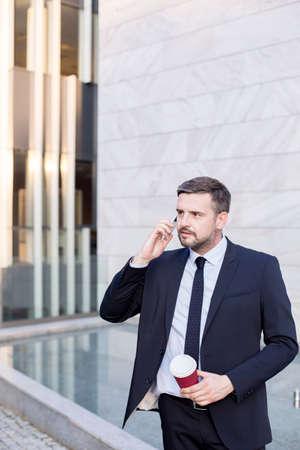 obrero trabajando: Imagen del trabajador financiera confía en que trabaja al aire libre traje