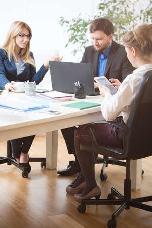 gestion empresarial: debate de los compañeros de trabajo durante una reunión de negocios en una corporación Foto de archivo