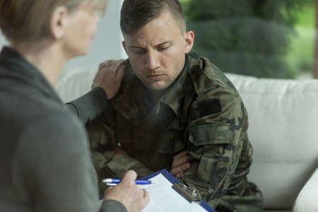 terapia psicologica: Psiquiatra y militar desesperaci�n durante la terapia Foto de archivo