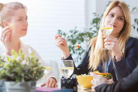tarde de cafe: Compañeros de trabajo que va a comer durante el descanso del trabajo Foto de archivo