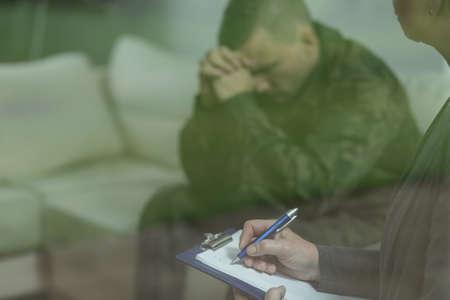 depresión: Soldado triste deprimido durante el tratamiento de la depresión