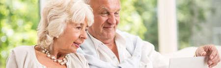 pareja de esposos: Más viejos pares que es navegar juntos en internet