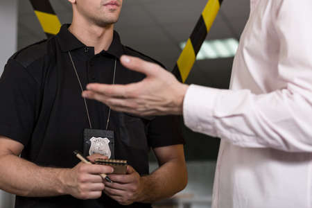 officier de police: Vue horizontale du policier avec insigne de police