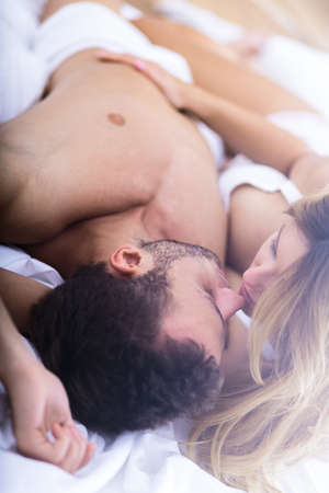 sexo pareja joven: Imagen de pareja rom�ntica tocar uno al otro en la cama