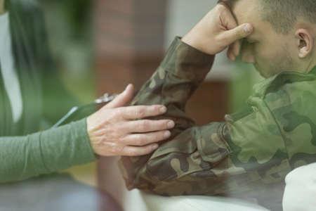 soldado: Soldado joven que sufre de depresi�n despu�s de la guerra
