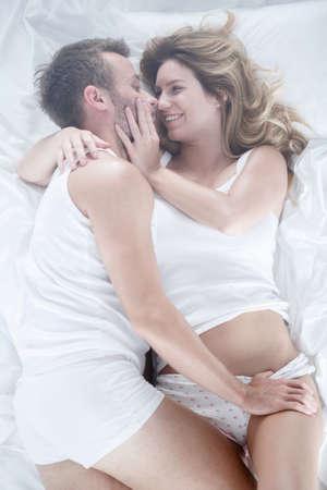 sex: Afbeelding van de vriend en vriendin plezier liggend in bed