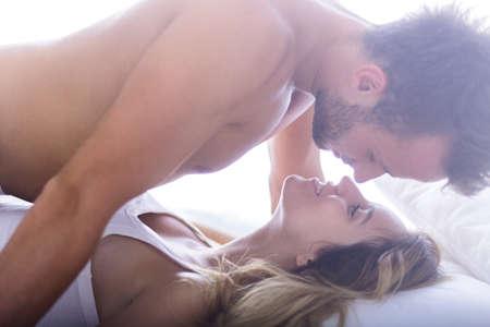 seks: Foto van knappe man en zijn mooie vrouwelijke minnaar