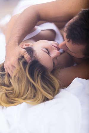 sexo pareja joven: Imagen del amor y el deseo entre el hombre y la mujer joven