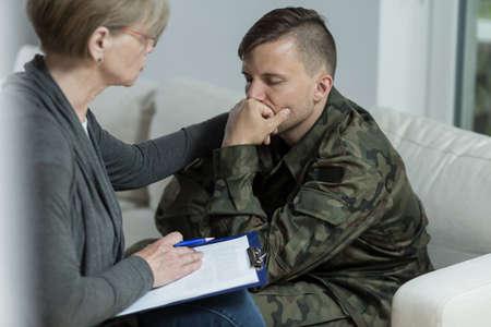 persona deprimida: Imagen de la psicóloga maduro y soldado de la desesperación