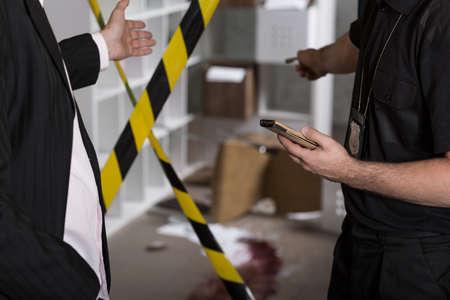 살인 범죄 현장 테이프 바리케이드 스톡 콘텐츠 - 43943705