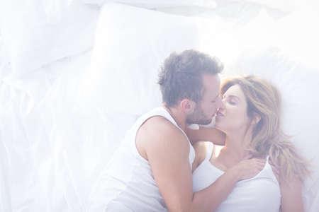 femme sexe: Photo de deux amants romantiques embrassant dans le lit