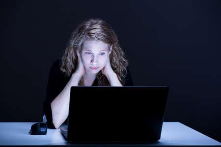 violencia: Concepto de la desesperación y la mujer víctima de la violencia en línea triste Foto de archivo