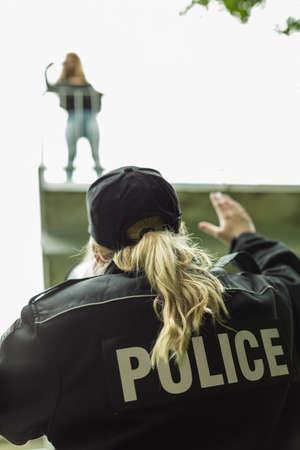 femme policier: Image de la policière avec un mégaphone aider suicide fille