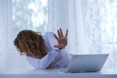 violencia: Foto de la mujer exhausta de pie a la violencia cibern�tica