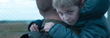 wojenne: Mały chłopiec trzyma ojca