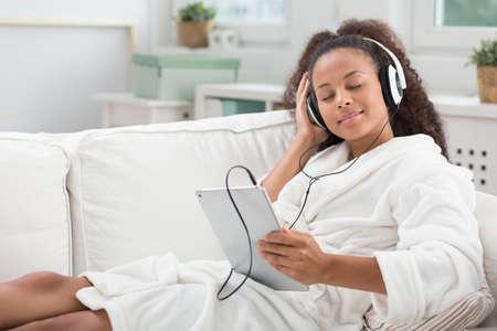 젊은 아름다움 여자는 음악을 듣고 휴식