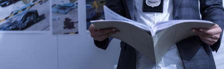 femme policier: Vue horizontale de policewoman tenant des dossiers de police Banque d'images