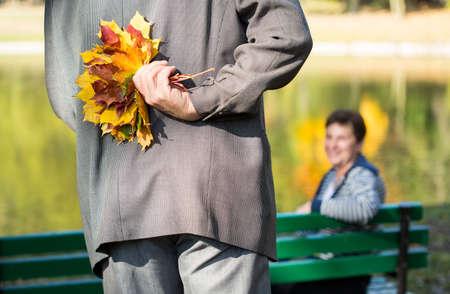 amantes: Manos masculinas que sostienen el ramo otoñal de las hojas Foto de archivo