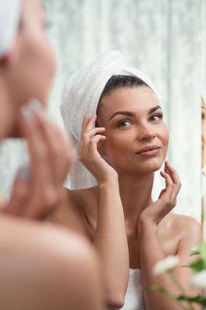 naked young woman: Portrait de la beaut� femme dans la salle de bains