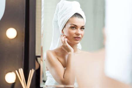 personas banandose: belleza de la mujer después del baño que mira el espejo Foto de archivo