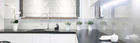Houten werkblad in beauty keuken interieur - panorama Stockfoto - 44241094