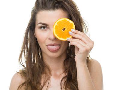 sacar la lengua: Niña sacando la lengua y la celebración de rodaja de naranja