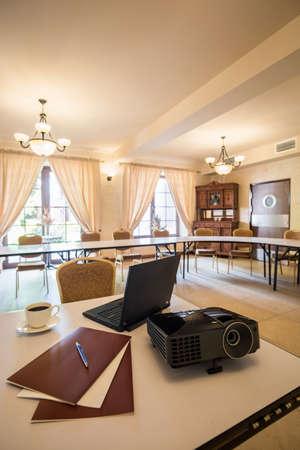 reunion de trabajo: Ordenador portátil y un proyector en la sala de conferencia de negocios Foto de archivo