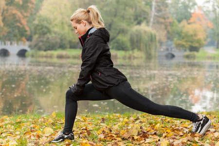 フィットネス: スポーティな女の子公園でトレーニング後、冷却