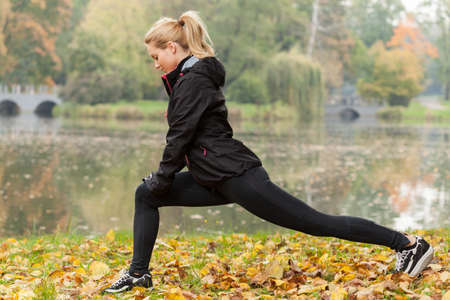 thể dục: cô gái thể thao hạ nhiệt sau khi tập luyện trong công viên Kho ảnh