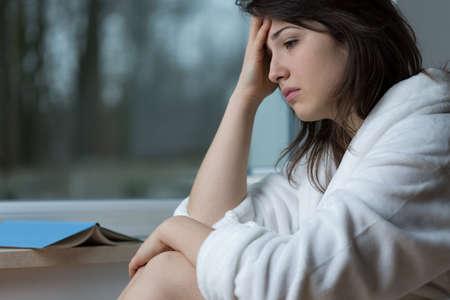 mujer decepcionada: Joven mujer deprimida pensando en sus problemas Foto de archivo