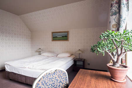 comfortable: Desk and bed in comfortable hotel room