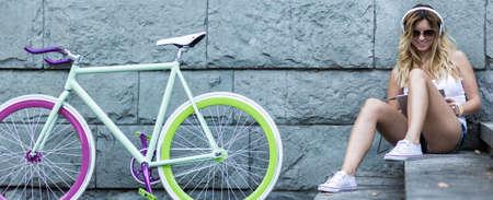 escucha activa: Chica inconformista joven está sentado en los escalones y relajarse