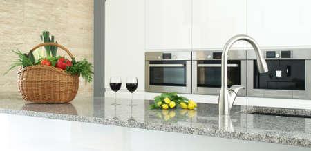 cucina moderna: interni cucina moderna con verdure, bicchieri di vino e fiori